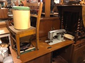 Stapelen kunnen ze hier goed: een naaimachine met een stoel en een vuilbak(?)