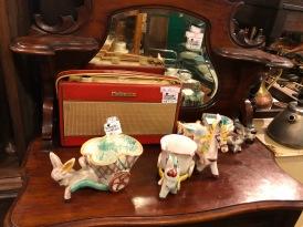 Postuurkes, ook iets wat je overal kan vinden. Met een mooi radiootje op de achtergrond!