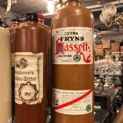 Een (lege) fles Hasseltse jenever