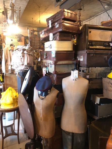 Koffers en oude buste paspoppen